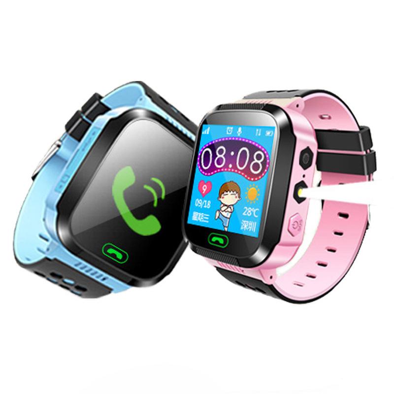 Имея стандартный набор функций, которые предлагают часы-трекер для детей, df50 включают gps-слежение, экстренный вызов, определение геолокации, обмен голосовыми сообщениями, двустороннюю телефонную связь, безопасную зону и виброзвонок.
