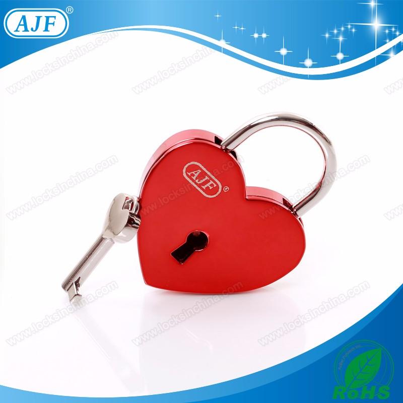 A01-025ERD shiny red love lock.jpg