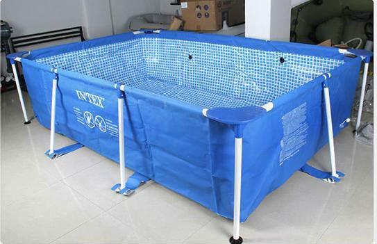 toque de pl stico rectangular encima del suelo piscina