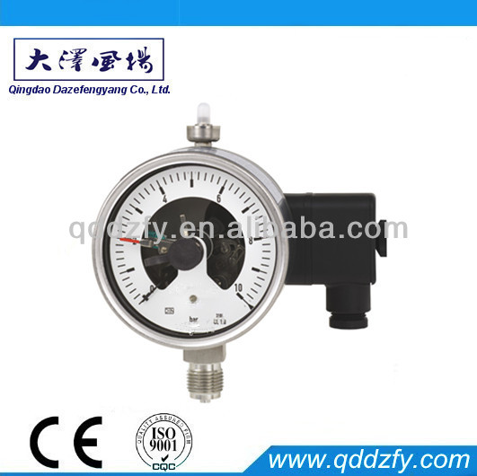Bourdon tube pressure gauge with switch contact