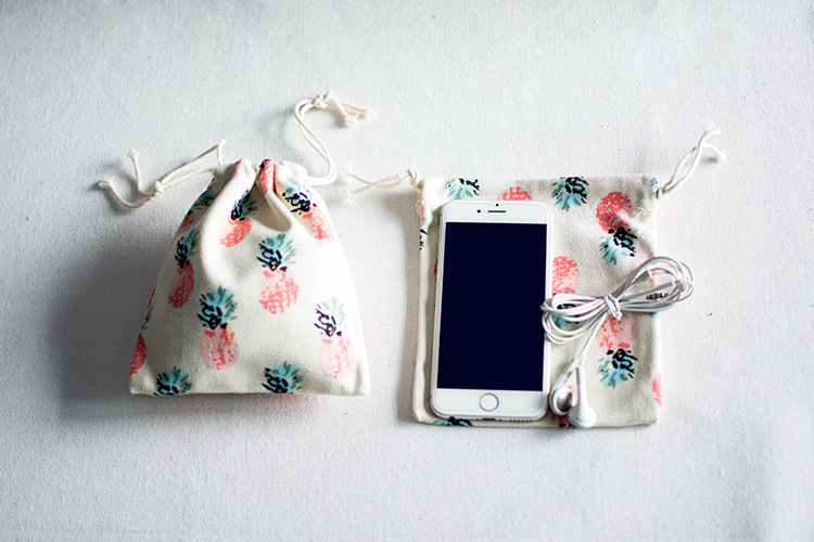 The factory sells 14X16cm lovely  fruit pattern cotton gift pouch gift bag cute strawberry pattern cotton drawstring pouch