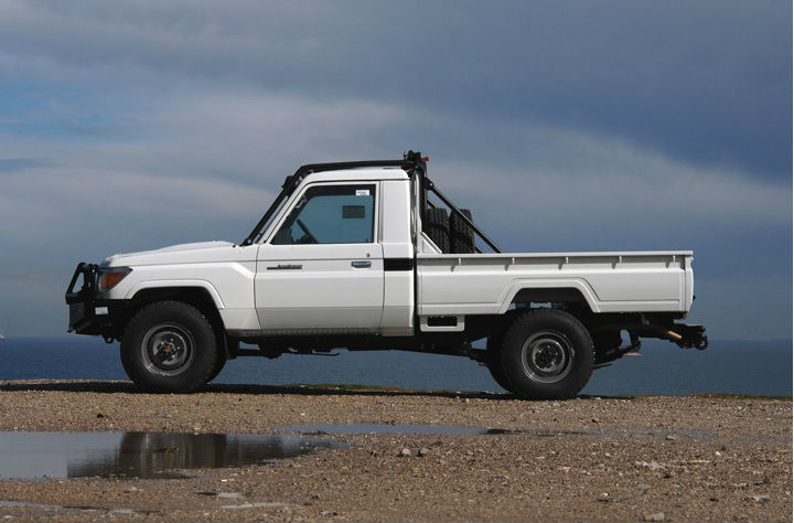TOYOTA HZJ79 PICK UP WITH MULTI POINT BOLT-IN ROLL CAGE