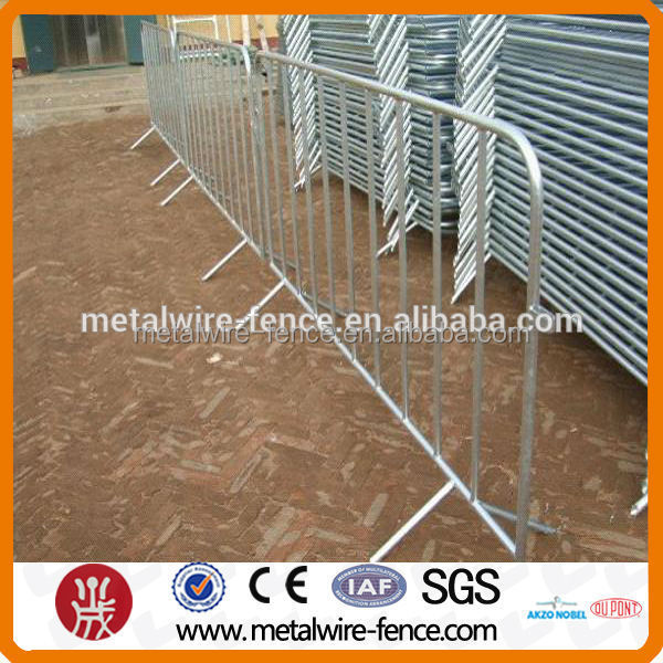 Movable traffic barrier