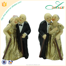 Resin decorative love old couple figurine for wedding souvenirs