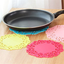 Kitchenware, beautiful and useful anti-heat silicone placement with flower brim