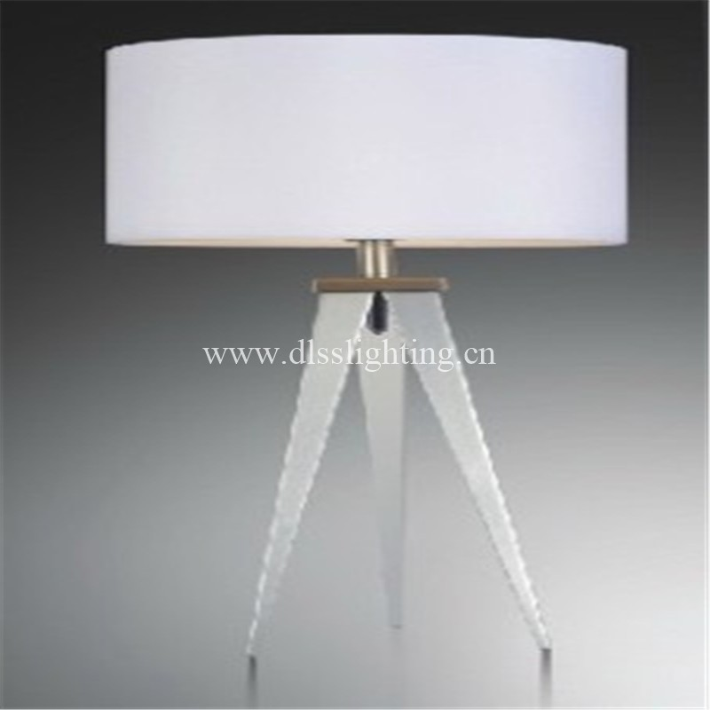 modern simple tripod iron table lamp for bedroom