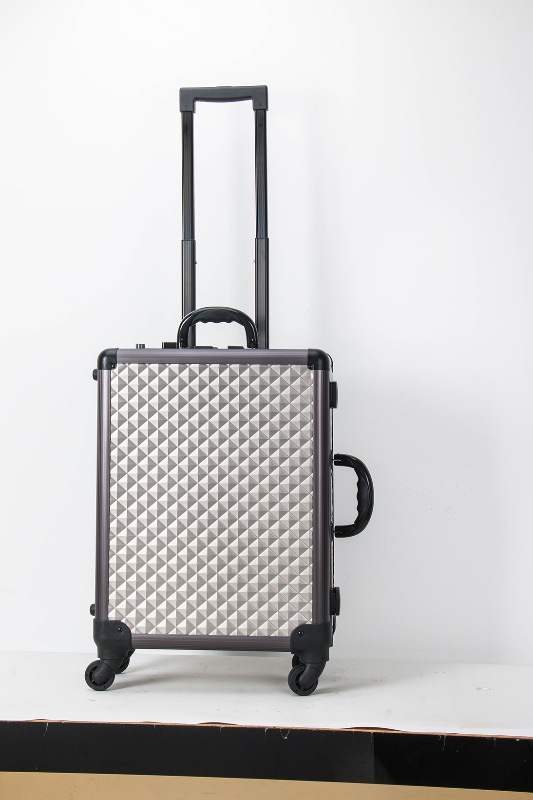 Best Quality Aluminum Portable Cosmetic Case with lights mirror trolley aluminum beauty case with wheels and legs