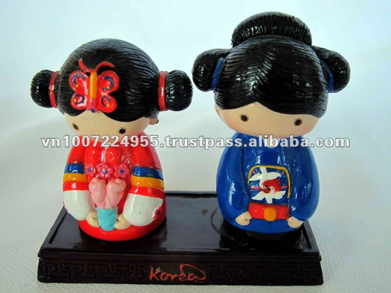 Polyresin Korean couple figurine for home decoration / souvenir gift