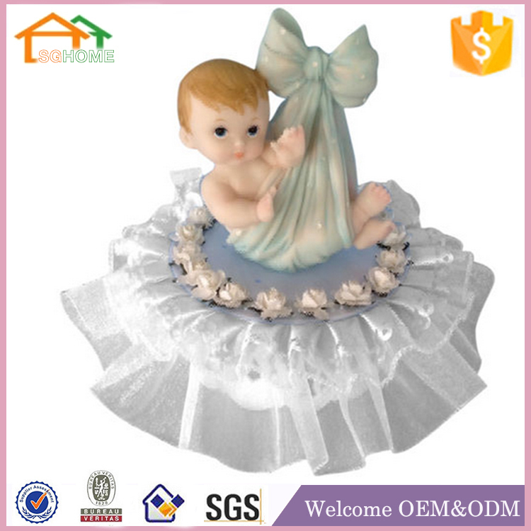 Factory Custom made best souvenir gift polyresin holding baby figurine