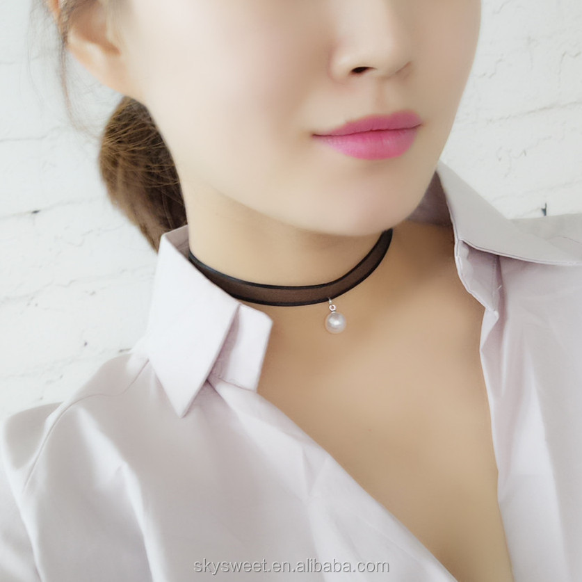 WOMEN'S FASHION CHOKERS AND FASHION COLLAR NECKLACES. Add an on-trend choker necklace for an instant fashion upgrade to your outfit. Today's designer chokers from Rebecca Minkoff, BAUBLEBAR and Jules Smith come in a variety of materials .