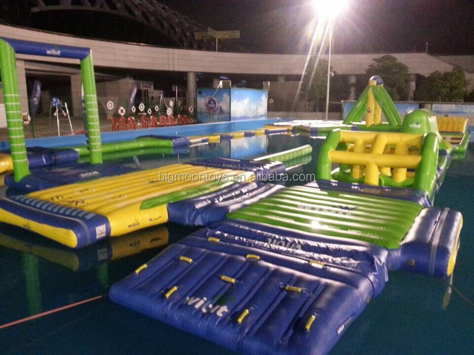 giant outdoor funny inflatable adult and kids holiday playing water floating park