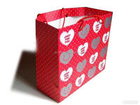 Luxury red customized heart shape pattern printing cardboard gift paper bag with round pp handles