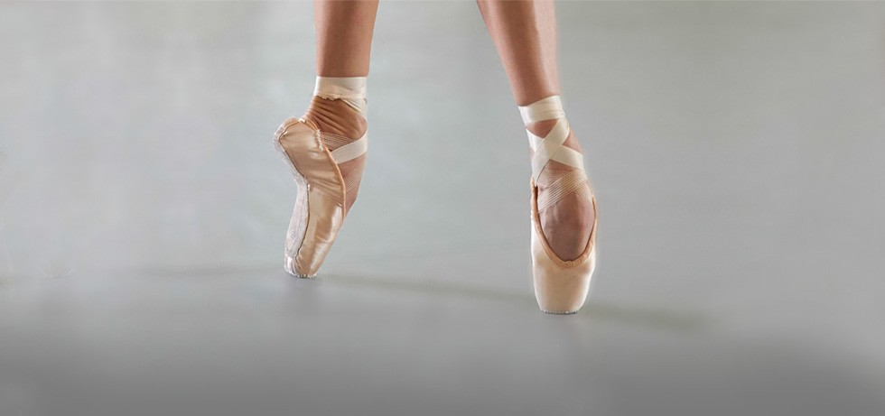 pointe shoes This timeline touches on breakthroughs in the development of pointe shoes the desire to dance en pointe created the need for pointe shoes, and the development of pointe shoes made dancing en pointe easier the technique and shoe developed together marie taglioni in the title role of la sylphide, a ballet danced en pointe for the full length of the work.