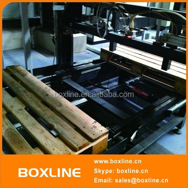 Wooden pallet transport conveyor system