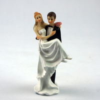 Wholesale Funny Wedding Cake Decoration /Groom holding Bride Resin Wedding Cake Topper Figurine