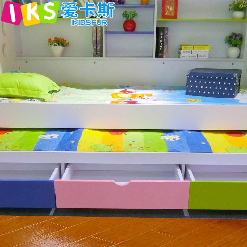 Ruimtebesparende stapelbed met kinderen speelgoed kast, verplaatst bed ...