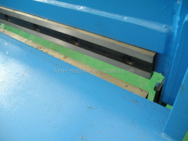 Pedal guillotine shearing <strong>machine</strong> in sheet metal industries factory
