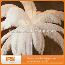 white ostrich feathers table decoration