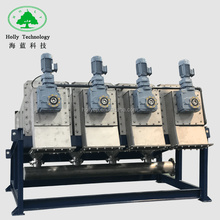 Multi-plate and vibrating dewatering screen for sludge dewatering