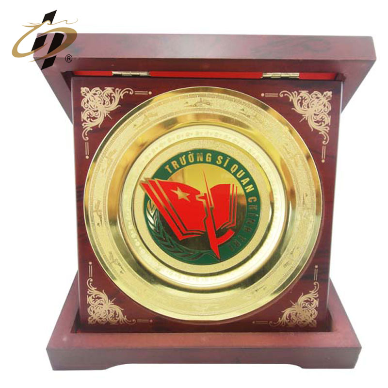 Factory supply custom electroplating gold logo metal souvenir plate with box holder