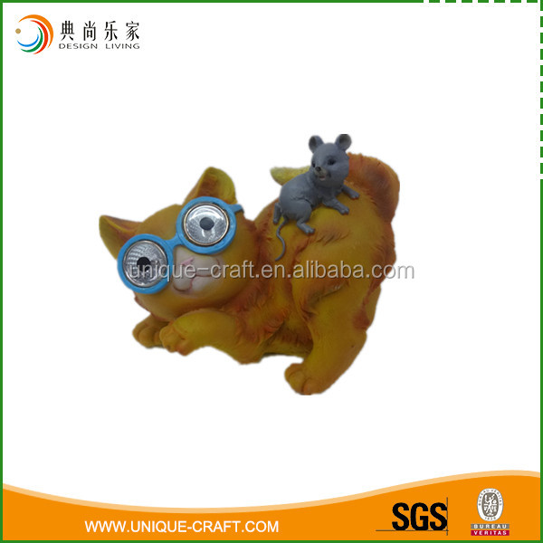 polyresin material resin cat and mouse with solar light