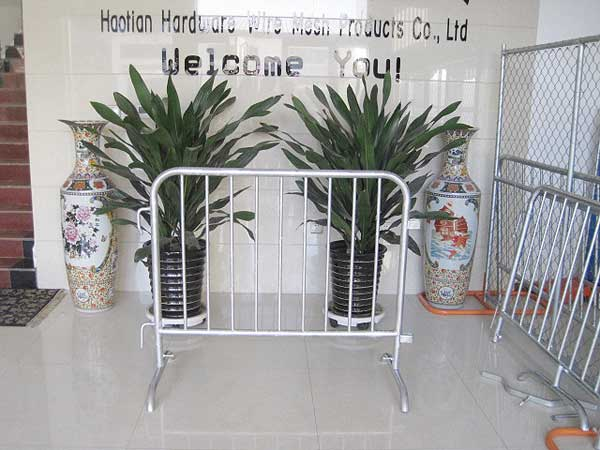 hot dipped galvanized round pipe welded crowd control barrier