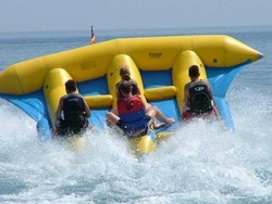 Inflatable towable tube/inflatable flying fish towable