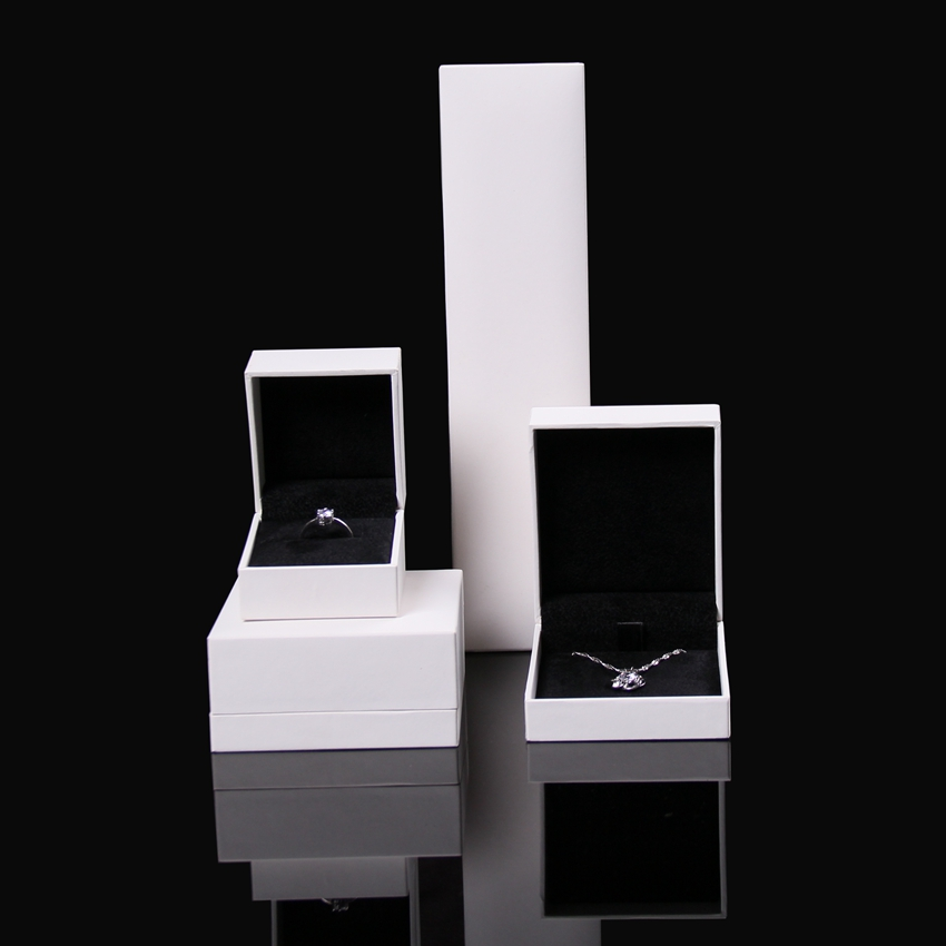 Fancy white leather jewelery set gift packaging box