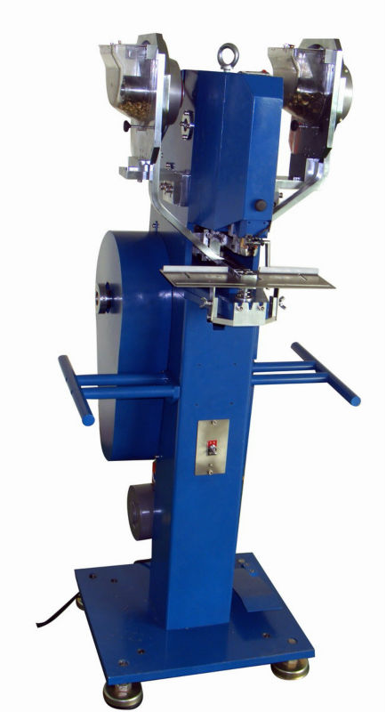 Prong snap fasteners attaching machine