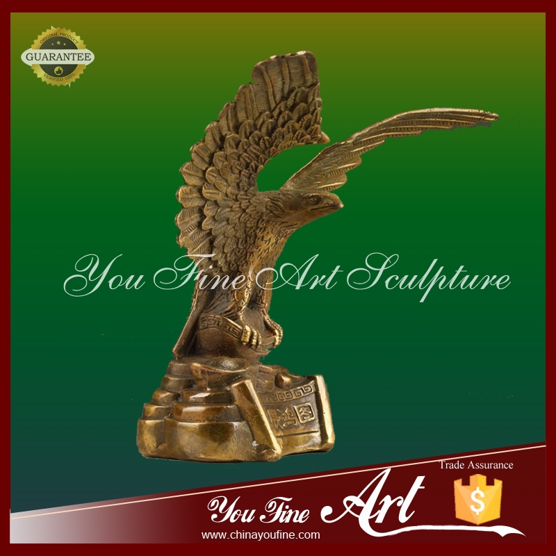 Flying eagle animal bronze sculpture for home decoration