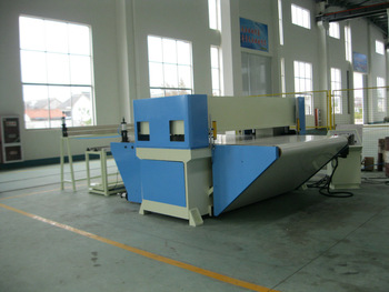 Auto feeding continuous cutting by conveyer belt precision four column hydraulic plane textile cutting machine