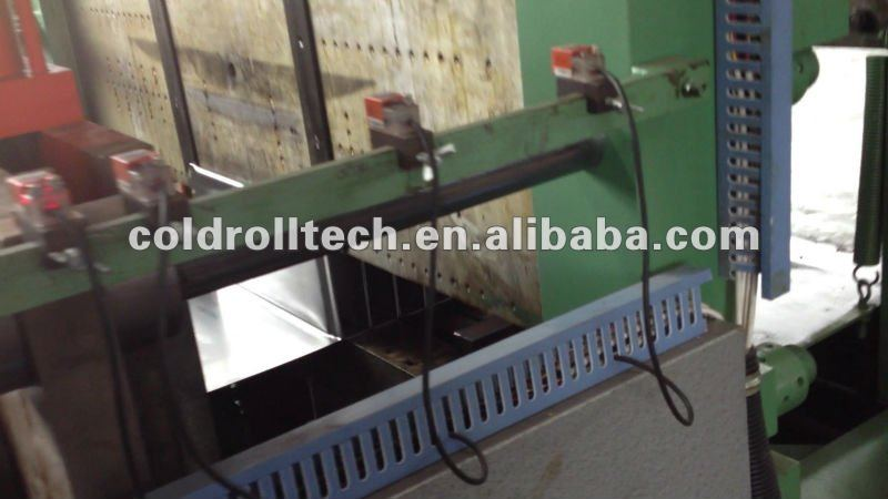 Corrugated fin forming machine for transformer tank use