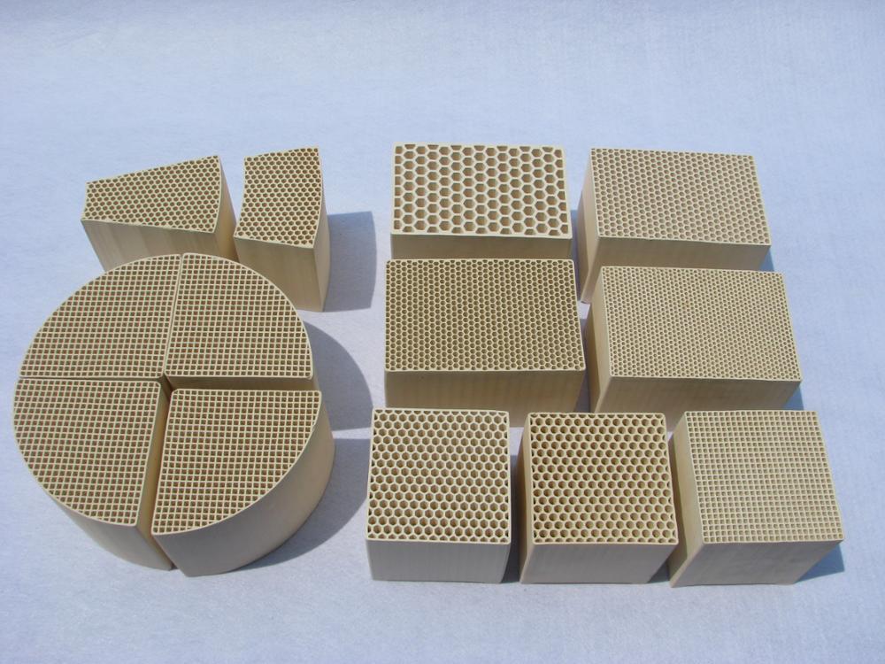 Nid d'abeille en céramique de stockage thermique chauffe-substrat régénérateur utiliser pour l'accumulation de chaleur