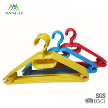 China factory supply swivel head cheap colorful plastic ornament hangers