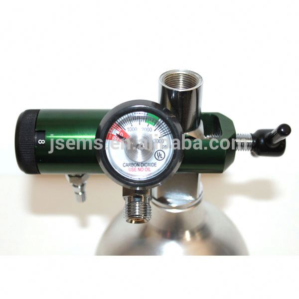 medical oxygen pressure regulator with humidifier