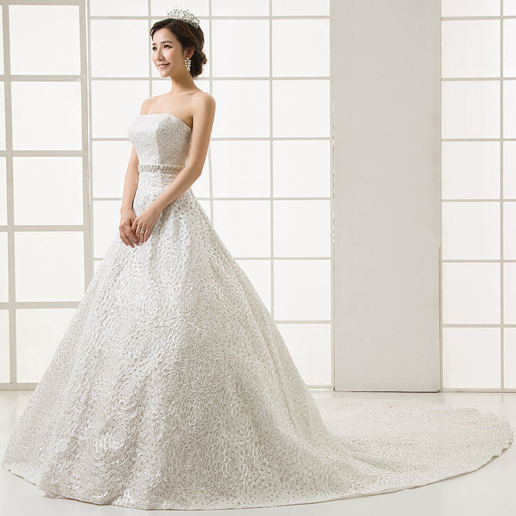 Платье украшены лентами