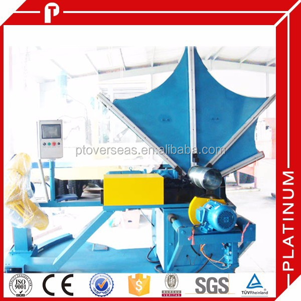 Spiral duct manufacturing machine with flying slitter system