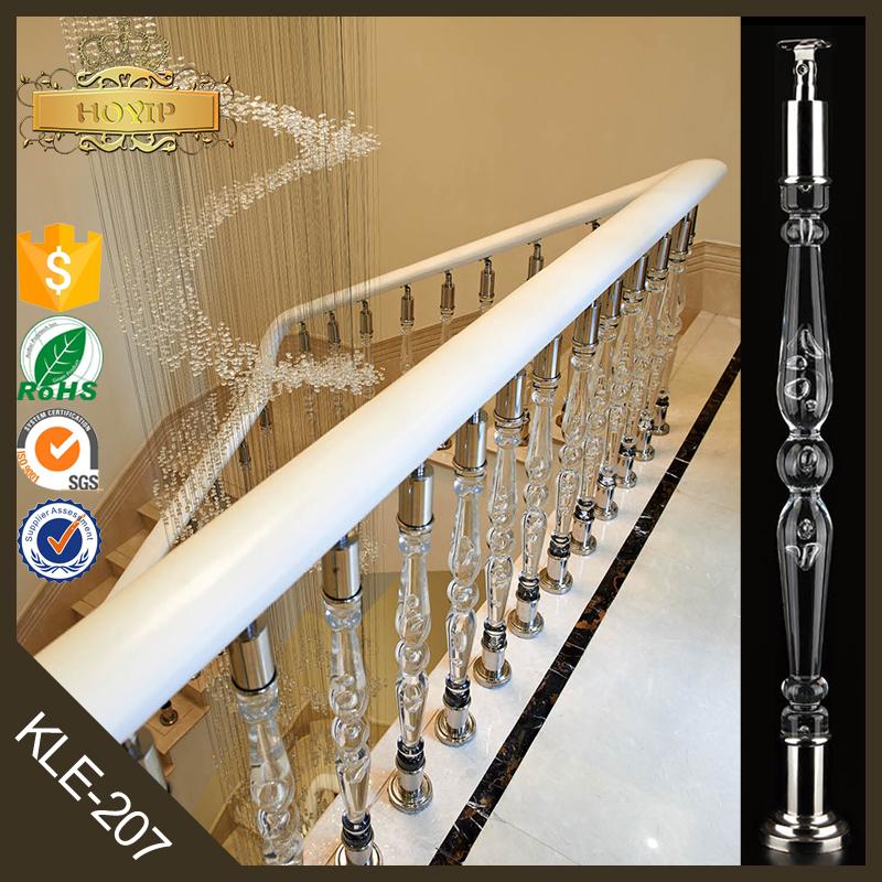Interior de la casa interior escalera barandillas claro - Pasamanos escalera interior ...