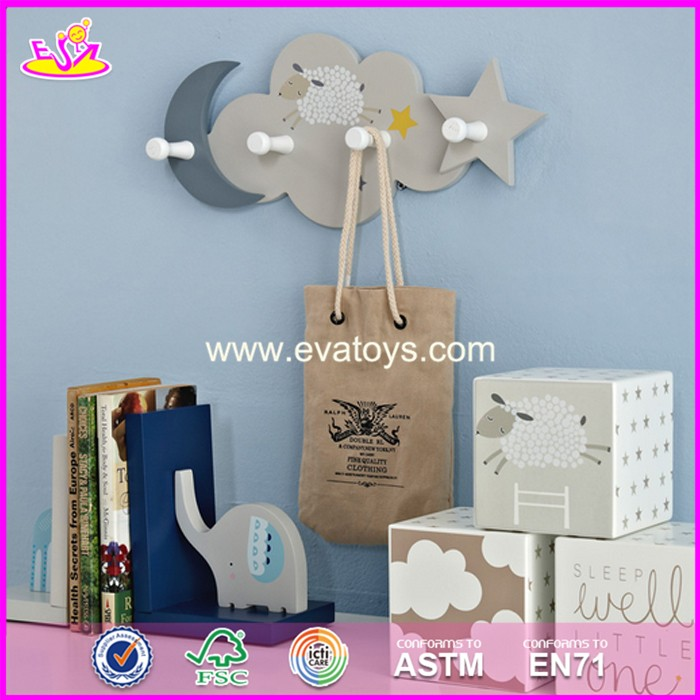 2017 New design cartoon animal wooden baby coat hangers W09B075