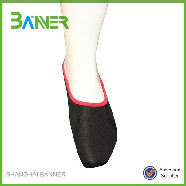 Factory price breathable punching neoprene non slip sock for adults
