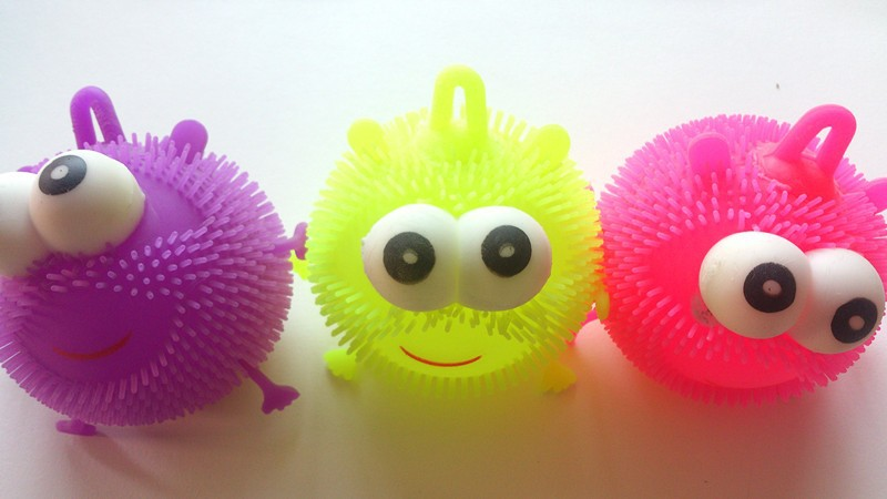 Puffer ball toy/raised eye flashing puffer ball