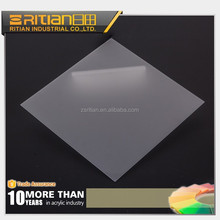 High light transmission/transparency plastic light diffuser