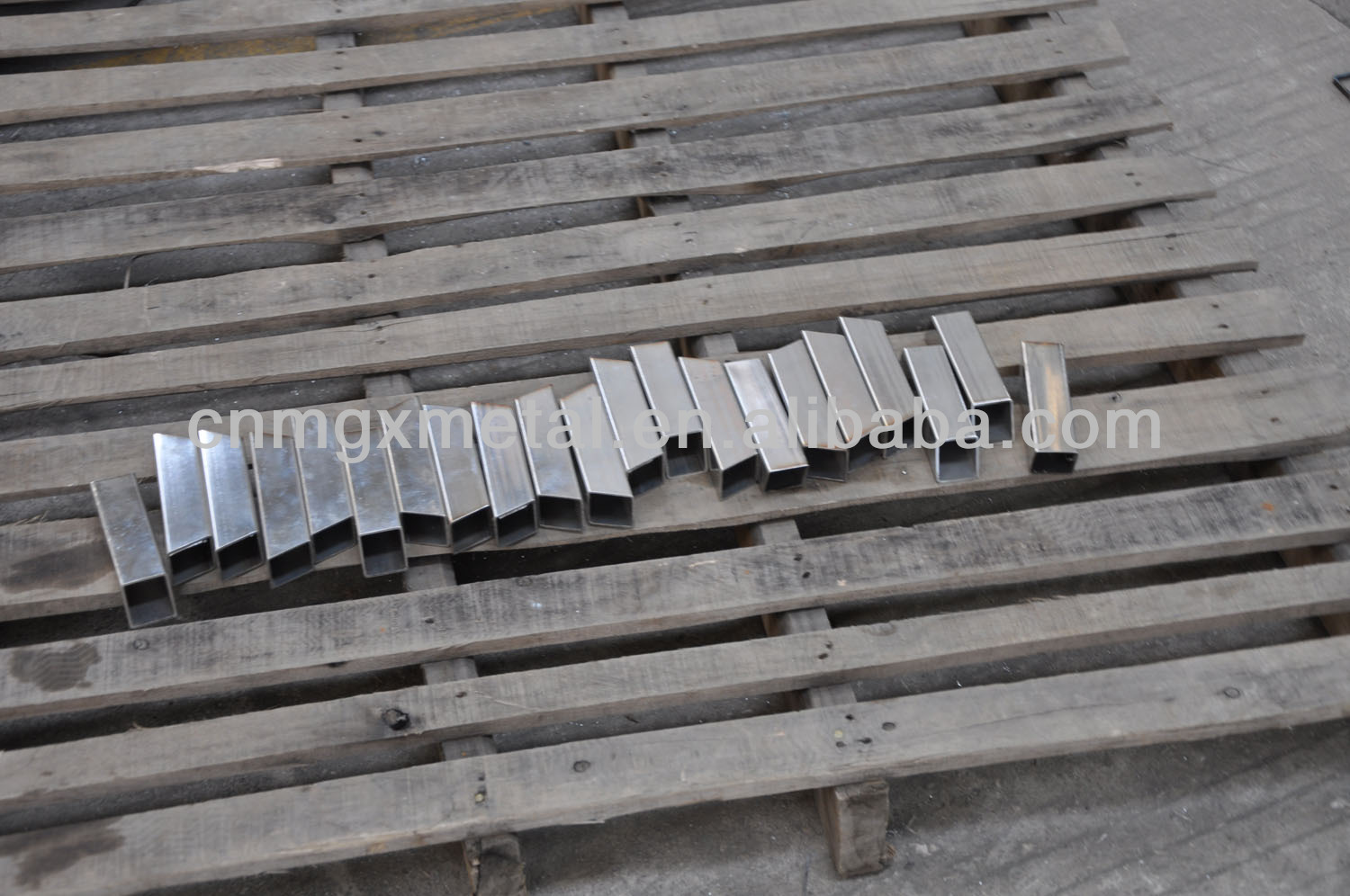laser cutting metal products made of stainless steel pipe