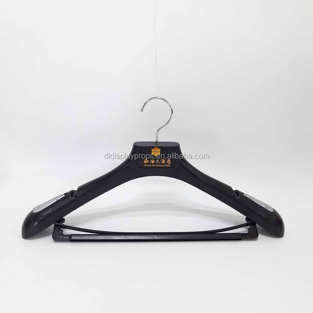 DL-Z1383 wide clothes hangers for men suits with chrome round hook plastic hangers