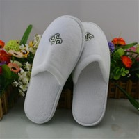 White Disposable Terry Cloth Slippers With Embroidered Customized Logo Hotel Slippers Travel Shoe