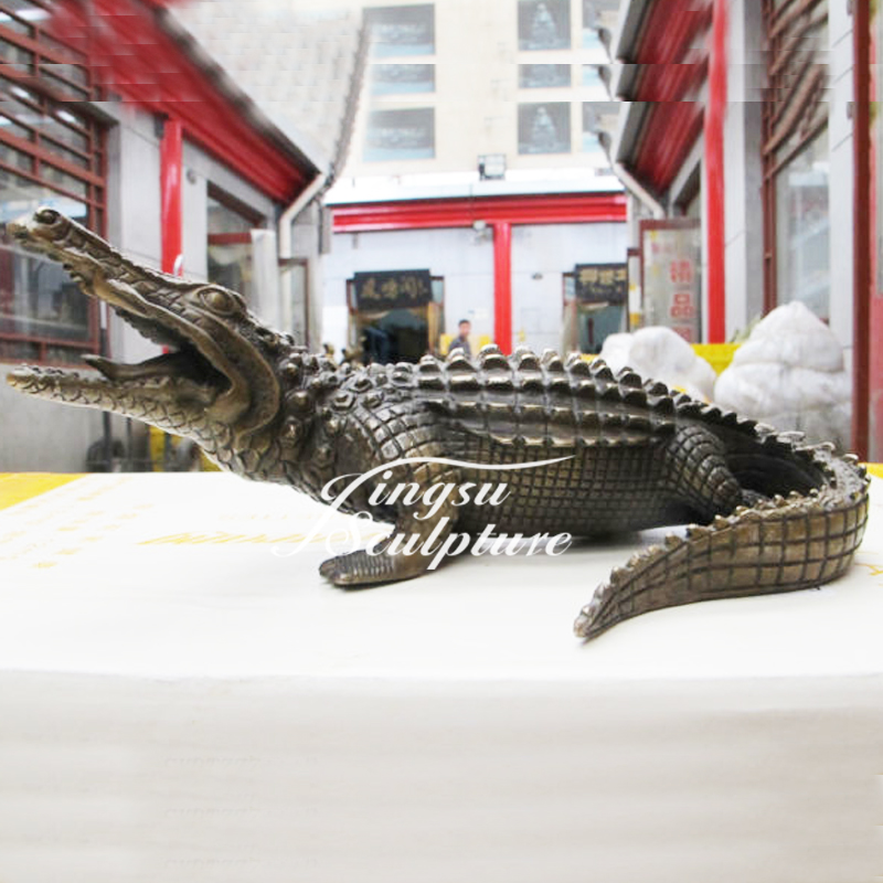 Professional bronze crocodile sculpture with low price
