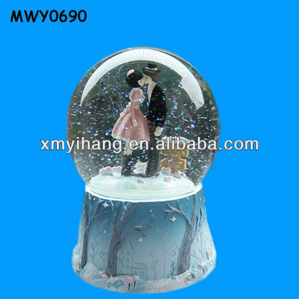 Unique Lovers Kissing Polyresin Funny Custom Made Snow Globes