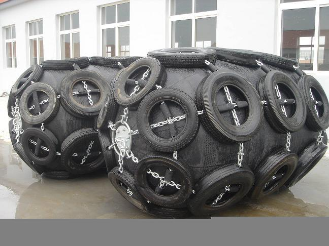 Pneumatic floating rubber fender with tyre and chain