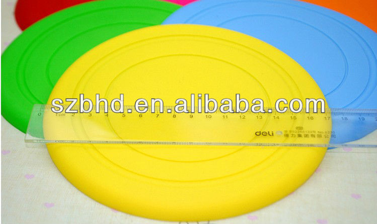 Playing with your pet dog: funny soft silicone dog frisbee