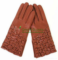 Women very fashion dress leather gloves made with hair sheep skin, pleated back, buttoned side vent